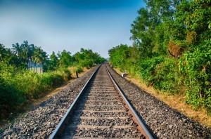 En esta imagen vemos cómo el ferrocarril hace de barrera entre dos zonas naturales que antes eran una sola, generando la denominada fragmentación de hábitats. Foto: Eustaquio Santimano.