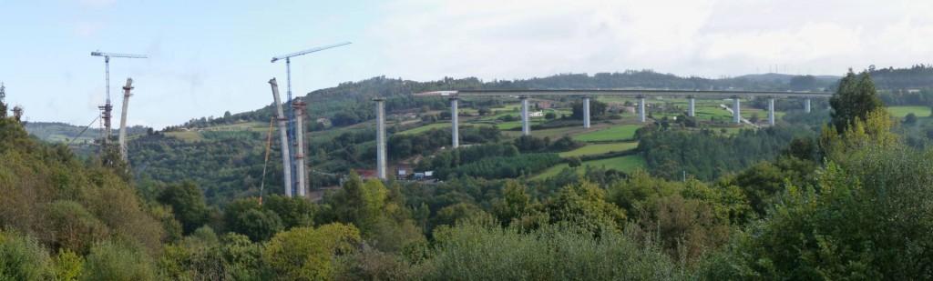 En esta imagen de la construcción del viaducto del Deza, Pontevedra, se puede comprobar uno de los mayores impactos ambientales del ferrocarril: el paisajístico. Foto de Pedro Taboas.