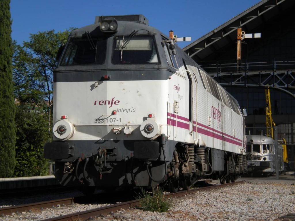 La pocomotora diésel 333-107, ahora preservada por la AAFM, en el Museo del Ferrocarril de Delicias con los colores de Renfe Operadora. Foto cortesía de Gonzalo Vázquez Hidalgo.