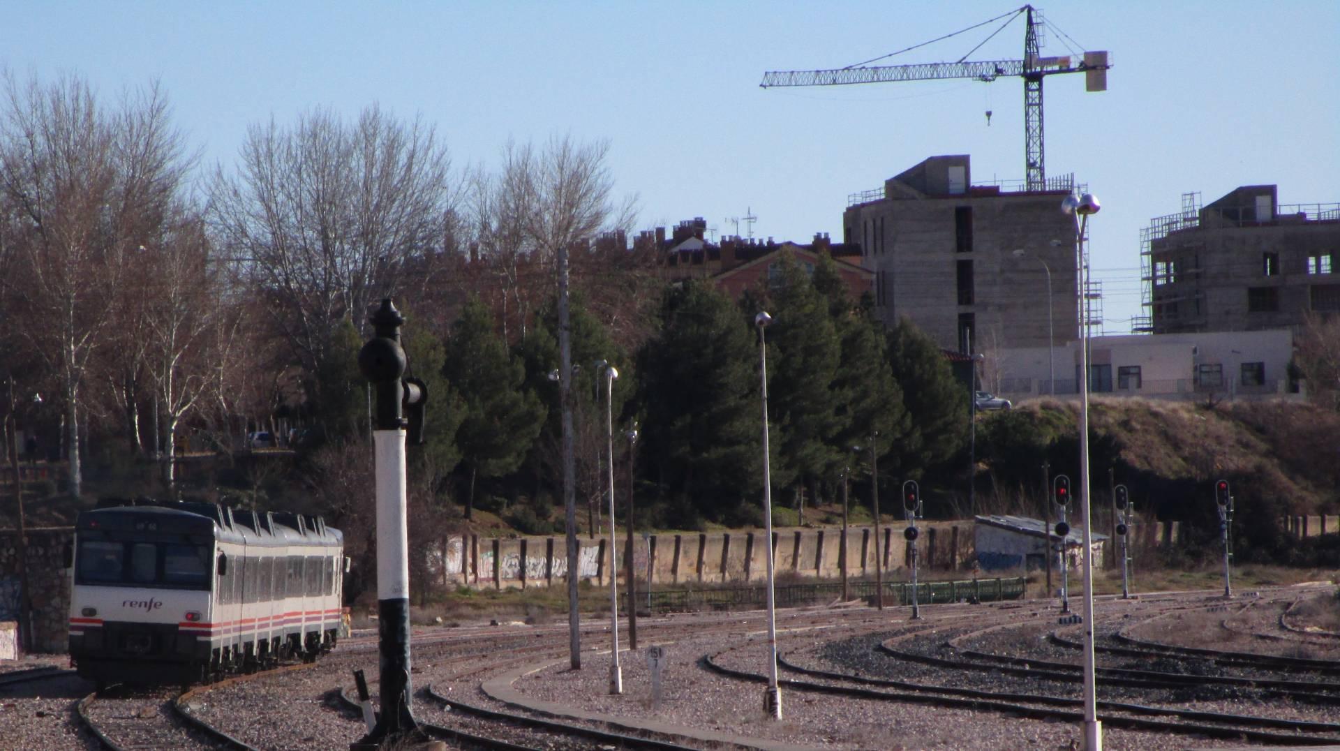 """""""Camello"""" de Renfe prestando un servicio hacia Valencia saliendo de la estación de ferrocarril de Cuenca junto a unas obras """"para hacer más ciudad"""". Foto: Miguel Bustos."""