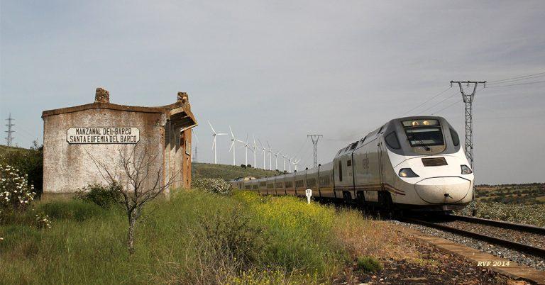 Tren de la serie 730 similar al del accidentado Alvia de Santiago en A Grandeira (Angrois), pasando por Santa Eufemia, León. Foto: rbrtsch.