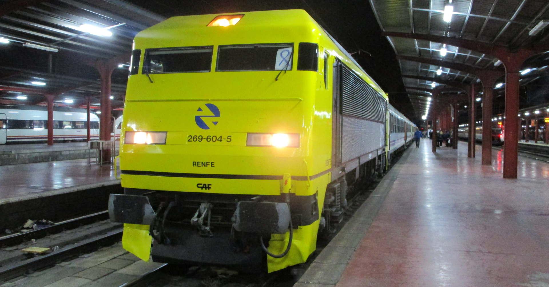 """Locomotora 269-604 """"Gato Montés"""" en la estación de Chamartín con el Tren de los 80. Foto: Miguel Bustos."""