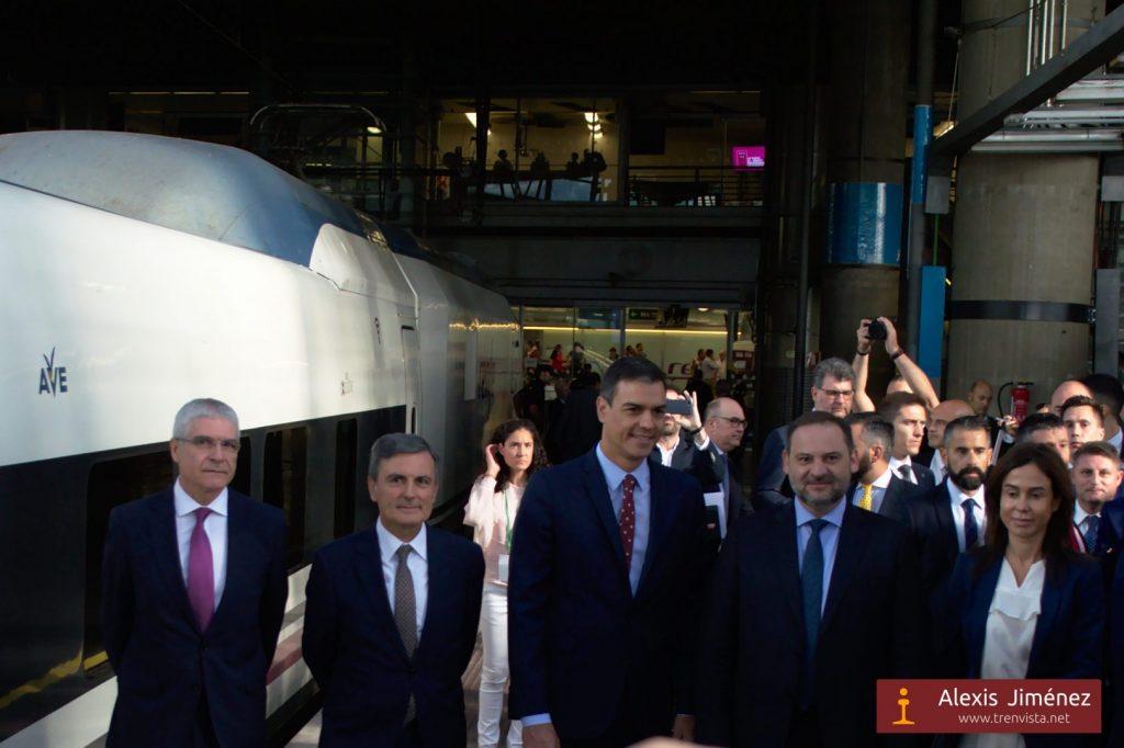 La comitiva inaugural del AVE Madrid-Granada antes de subirse al tren