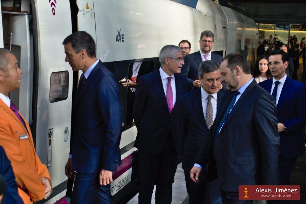 El presidente del Gobierno, Pedro Sánchez, entrando en el 112-022 para iniciar el viaje a Granada.