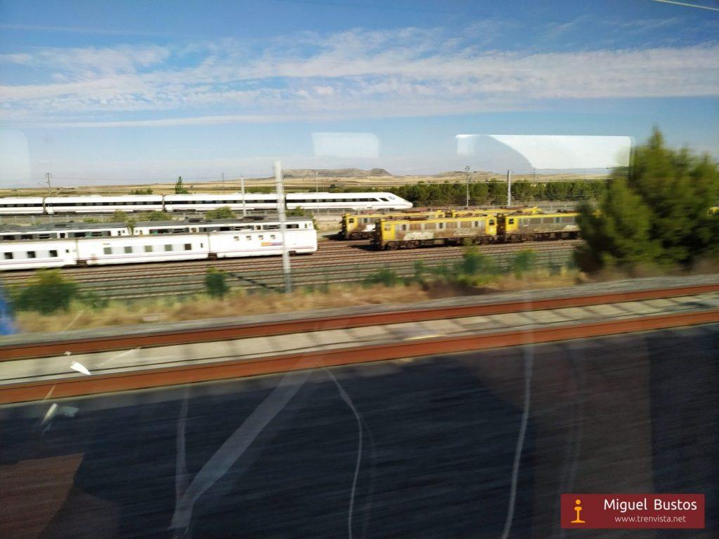 """Al pasar por La Sagra, el AVE inaugural se cruzó con el """"Oaris"""" 105-001, que se ve al fondo haciendo pruebas por la línea La Sagra-Toledo."""