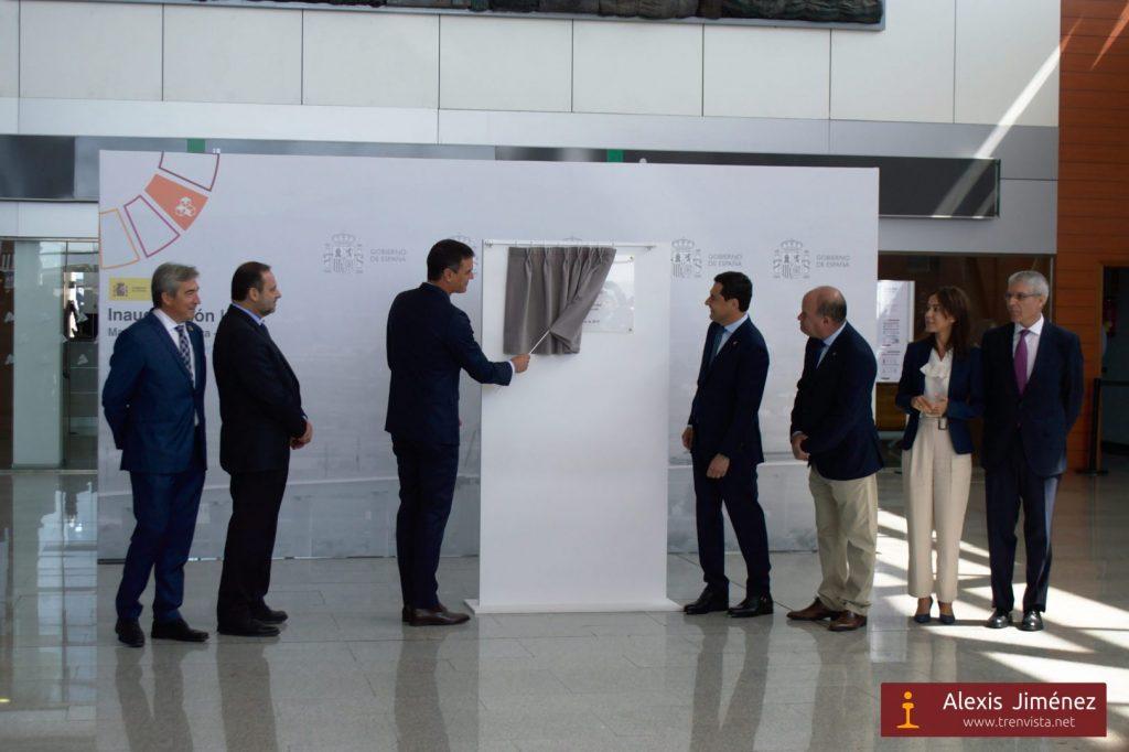 Momento de descubrir la placa que recordará el evento inaugural en Antequera-Santa Ana
