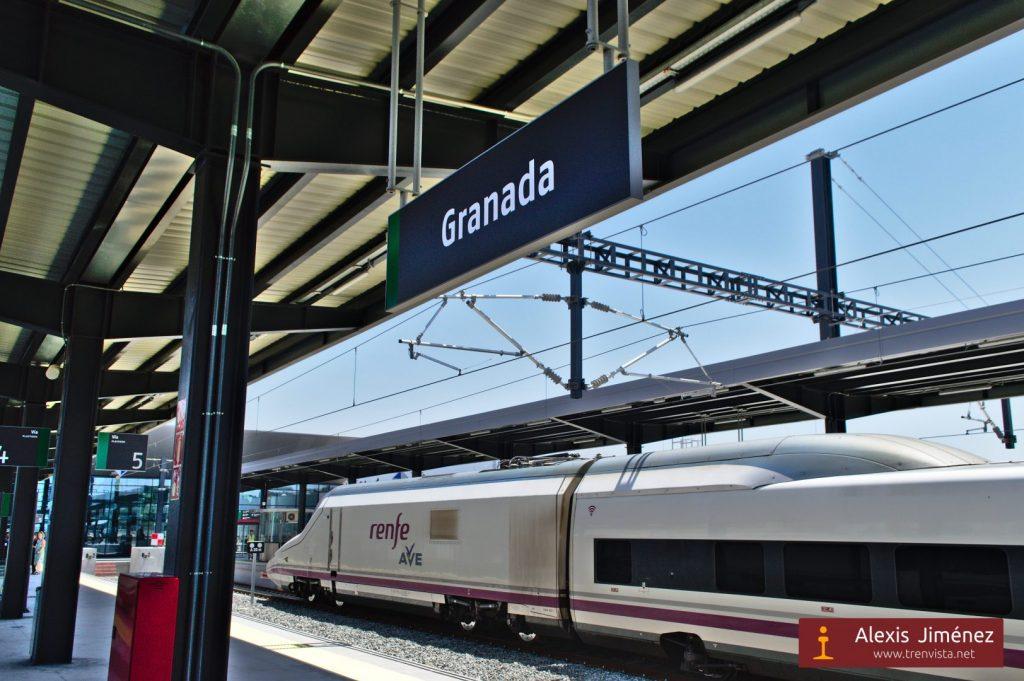 El 112-019 estacionado en una de las vías de la estación de Granada