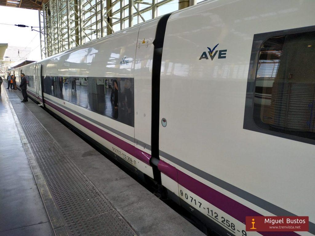 El tren inaugural estacionado en Puerta de Atocha tras regresar de Granada