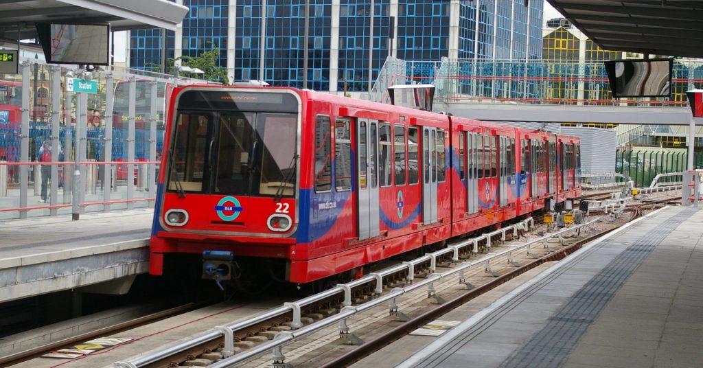 Tren de la serie B90 del DLR (Docklands Light Railway), que será sustituida por los trenes de CAF, en la estación de Stratford