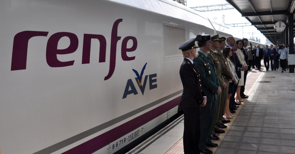 Parte de la comitiva que inauguró el AVE a León, junto al tren inaugural. (CC BY-NC-SA) Miguel Bustos