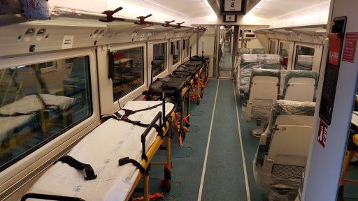 Camillas en el lugar de los asientos en un coche medicalizado de la rama 18 de la serie 730. Autor desconocido.
