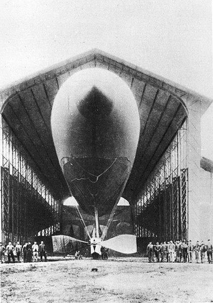 Hangar Y con un dirigible, en una de las naves construidas para la expo de 1878.