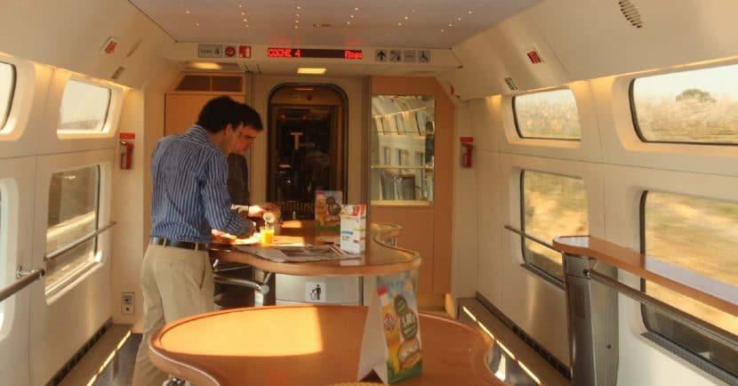 Interior de la cafetería de un tren de la serie 100. Foto Matthew Black