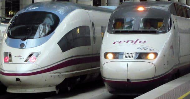 Un 103 y un 100 de Renfe en la estación de Puerta de Atocha. Foto: Pranav Bhatt
