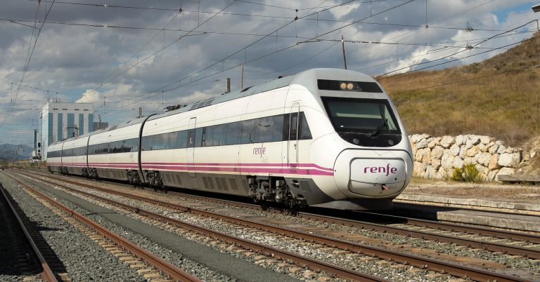 120 prestando el servicio Alvia Pamplona-Madrid pasando por Noáin. Foto (CC BY-NC-SA) migue_lezl