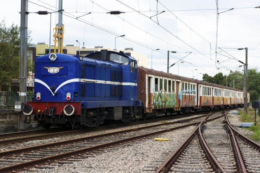 Coches Schindler siendo trasladados a Guifões por la locomotora 1430 para su restauración y puesta en servicio. Foto: (CC BY SA) Nuno Silva.