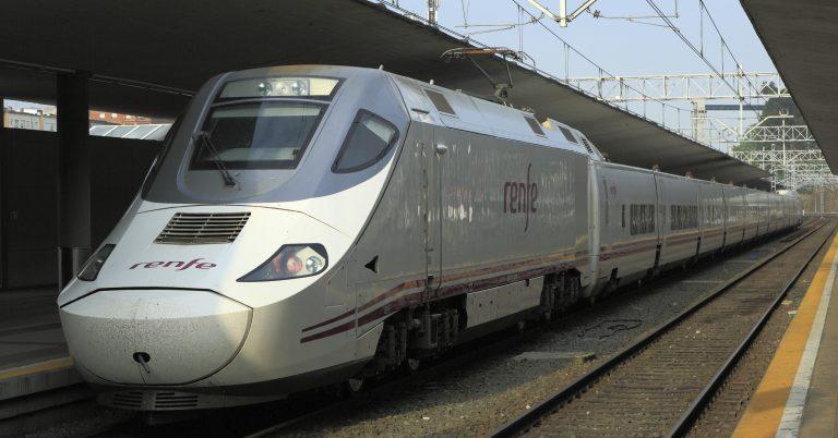 Alvia de la serie 130 estacionado en Santander después de llegar de Alicante. (CC BY SA): Falk2