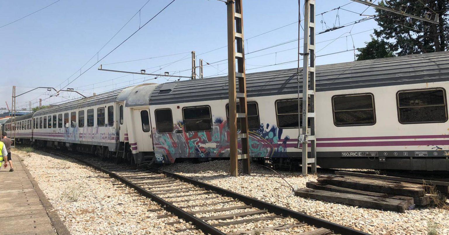 Los coches de Renfe vendidos a CP descarrilados en Fuencarral. Foto: autor desconocido