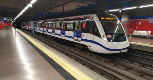 Tren de la segunda remesa de la serie 8000 en la línea 8 yendo hacia el aeropuerto. Foto (CC BY NC SA): Miguel Bustos