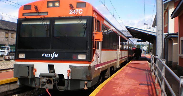 470 realizando el Regional Exprés León-Ponferrada, estacionada en la estacion de Bembibre. Foto (CC BY SA): JT Curses