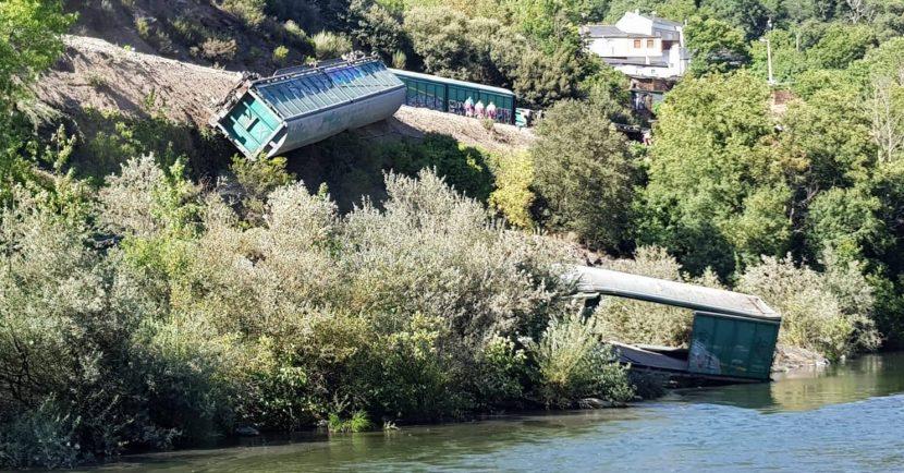 Adif vierte 2 vagones descarrilados al Río Sil. Foto: Valdeorras de cerca.