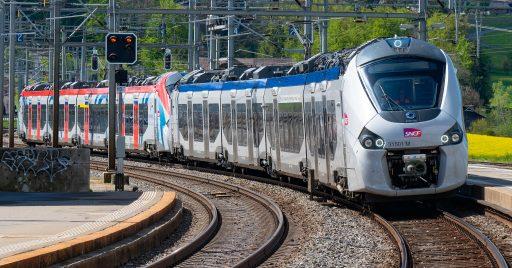Doble composición de Coradia Polyvalent de la SNCF, plataforma que habrá que vender para que Alstom pueda comprar Bombardier. Foto (CC BY SA): Markus Eigenheer.