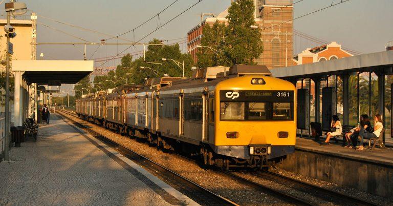 Unidades 3150 y 3250 en la línea de Cascais. Foto (CC BY SA): Nelso Silva