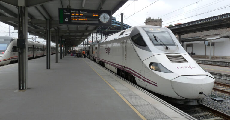Alvia Santiago-Madrid antes de salir de Santiago de Compostela. Foto: Smiley.toerist
