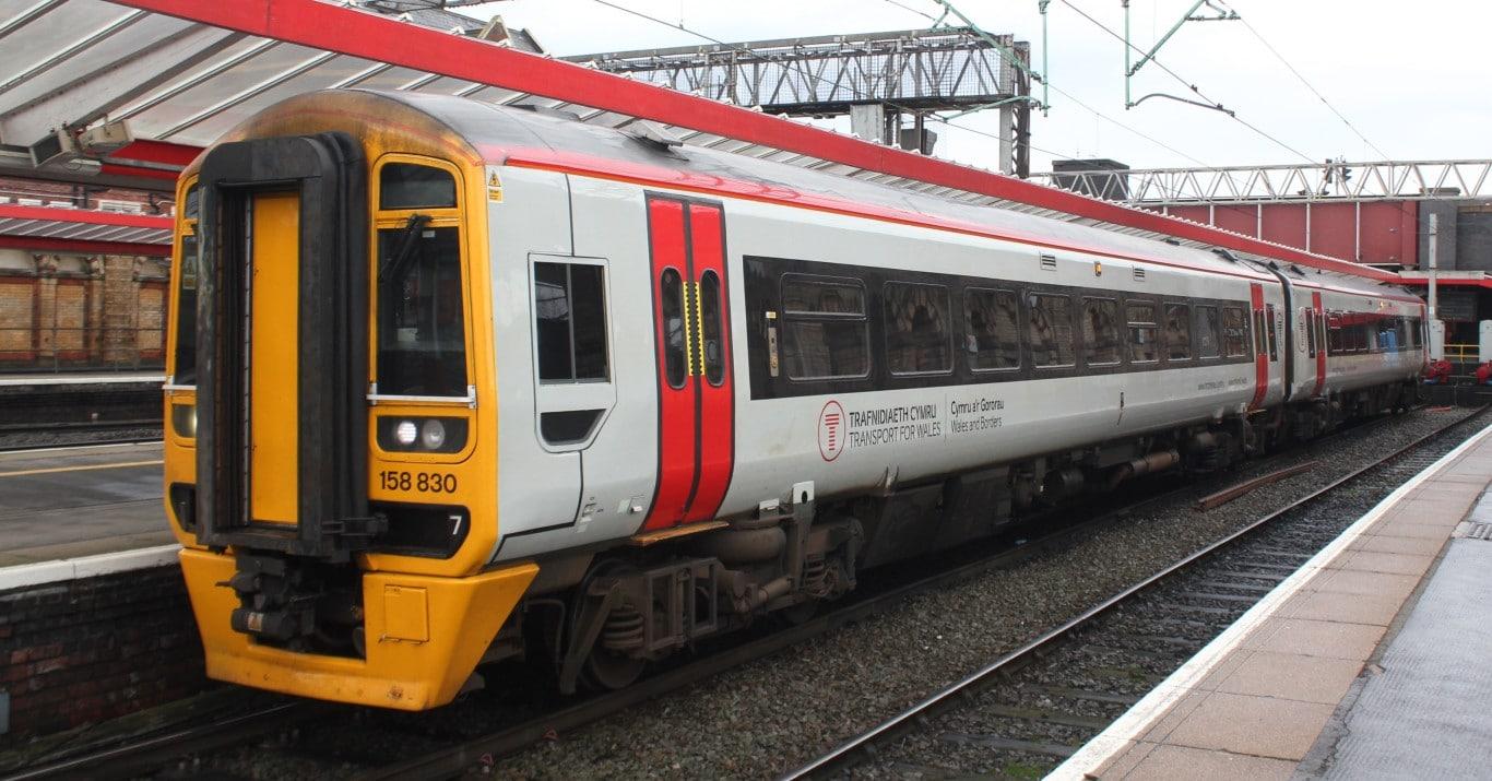 Unidad 158 030 de Transport for Wales en Crewe. Foto (CC BY SA): Geof Sheppard