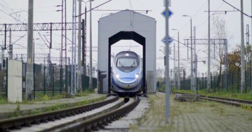 Alstom Avelia Pendolino de PKP Intercity pasando por el TrainScanner de Varsovia.