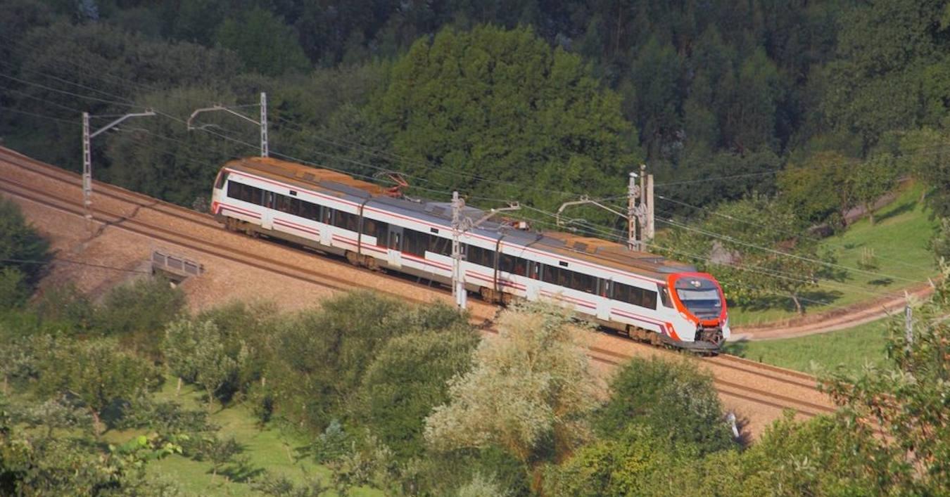 Civia 463 de Renfe fabricada por CAF circulando por Posada, Asturias. Foto (CC BY NC SA): JM Trigos