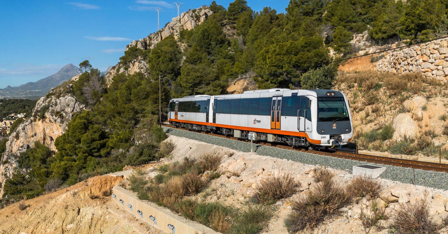 Unidad de la serie 2500 del Tram de Alicante circulando entre Olla Altea y Calpe. Foto (CC BY SA): Kabelleger