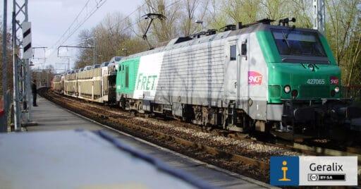 Tren portacoches remolcado por una locomotora de la serie BB27000, similar a la empleada en la prueba de conducción automática