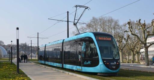 Tranvía Urbos 3 fabricado por CAF circulando por la línea 2 de Besanzón hacia Hauts du Chazal, en donde serán reparados los fallos detectados. FLORIAN FÈVRE.