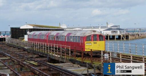 Tren de la serie 484 circulando entre el embarcadero de Ryde y tierra firme