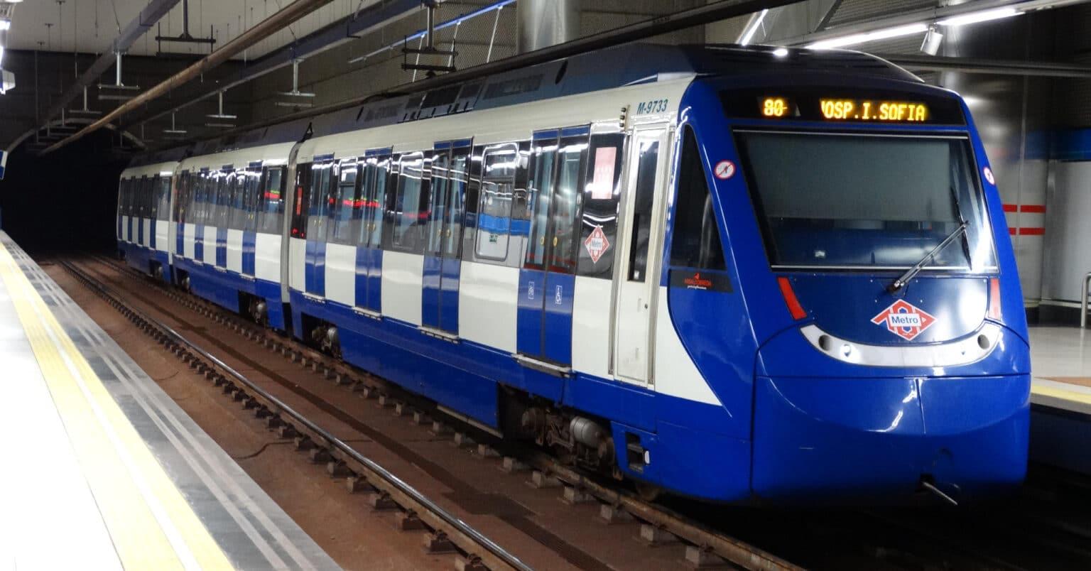 Tren de la serie 9700 del metro de Madrid en Ronda de Comunicación. MIGUEL BUSTOS.