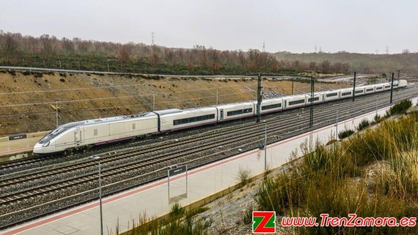 106-006 estacionado en la estación de Sanabria AV. © Grupo Tren Zamora.jpeg