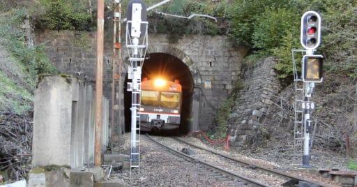 470 saliendo del túnel nº 23 de la Rampa de Pajares yendo hacia Gijón. FERNANDO SANTA CECILIA.