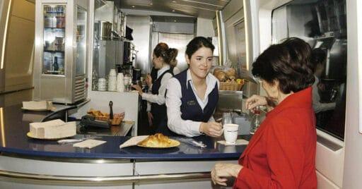 Cafetería de un tren de Renfe. TRUECALIA.