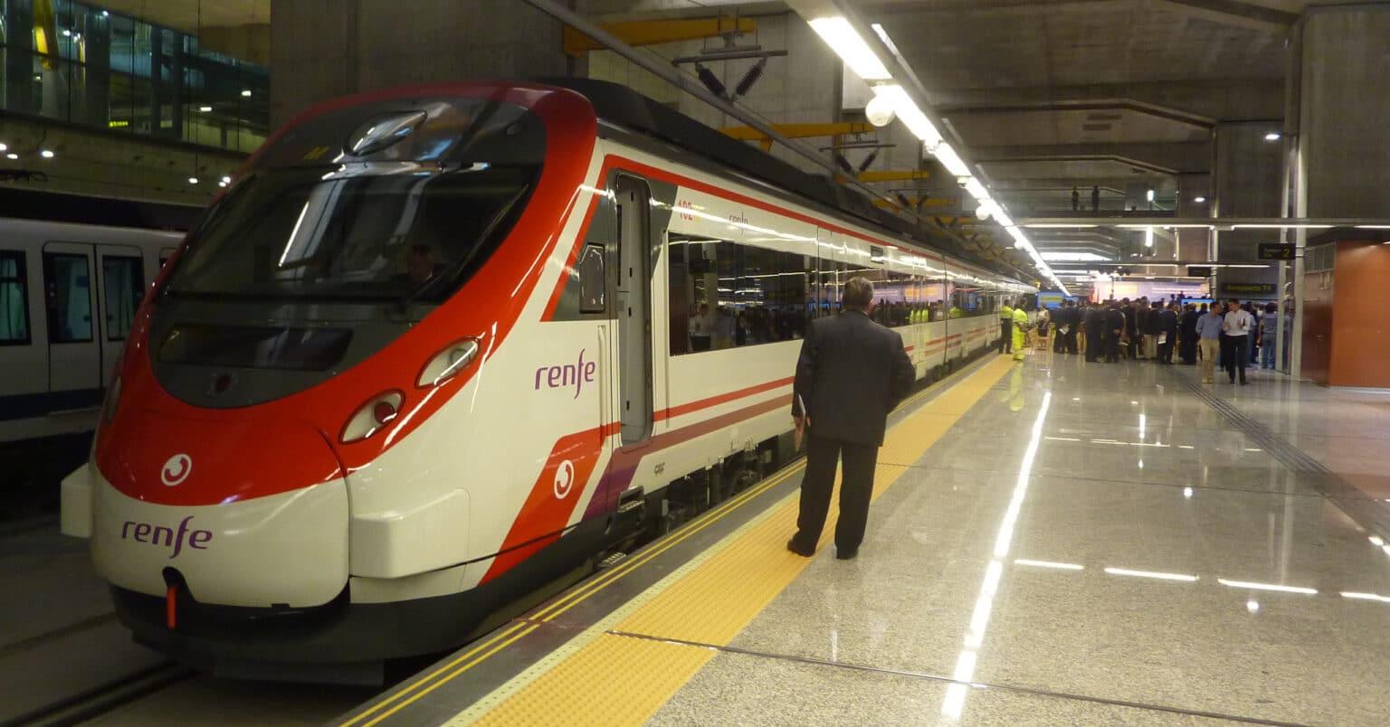 Civia de Cercanías Madrid en Aeropuerto T4. MIGUEL BUSTOS.