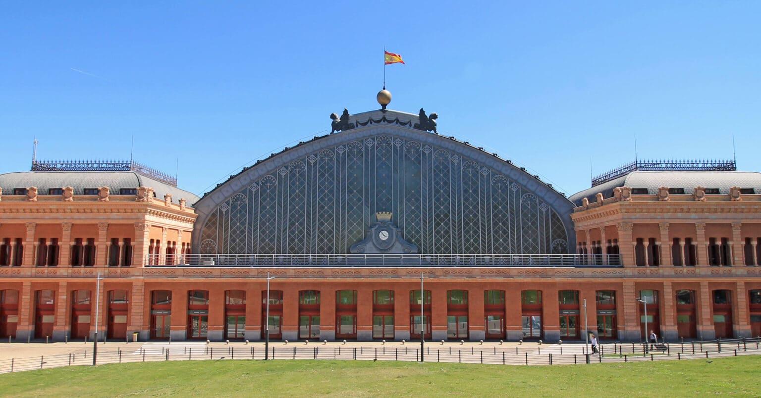 Fachada principal del edificio histórico de la estación de Atocha. LUIS GARCÍA (ZAQARBAL)