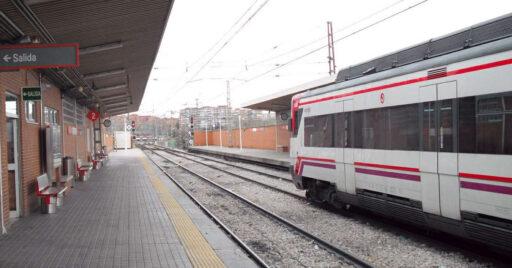 Unidad 446 de la línea C-5 de Madrid en Móstoles-El Soto, estación desde la que podría continuar hacia Navalcarnero. ZARATEMAN