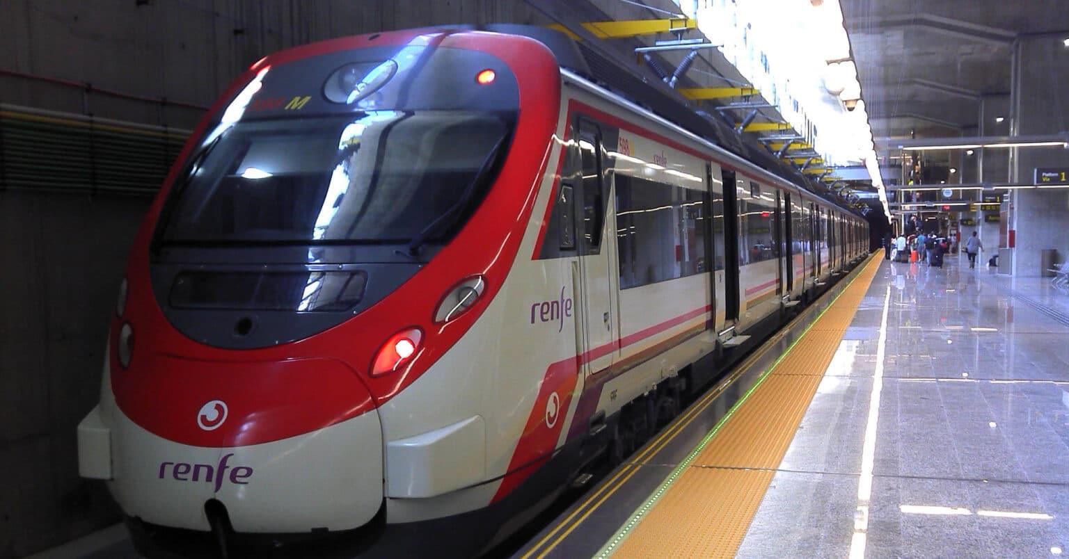 Unidad Civia de Cercanías Madrid estacionada en Aeropuerto-T4. Nótese en la catenaria rígida los aislantes propios de los 25 kV 50 Hz. MIGUEL BUSTOS