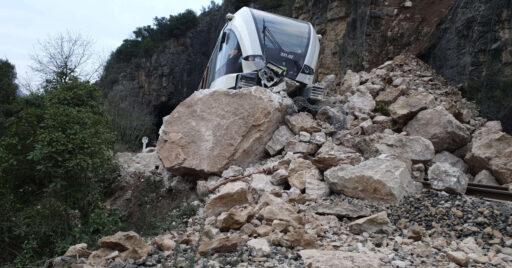 331.02 descarrilada sobre las rocas. AUTOR DESCONOCIDO.