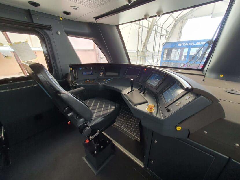 Cabina de conducción de un Stadler KISS de Caltrain. CALTRAIN.