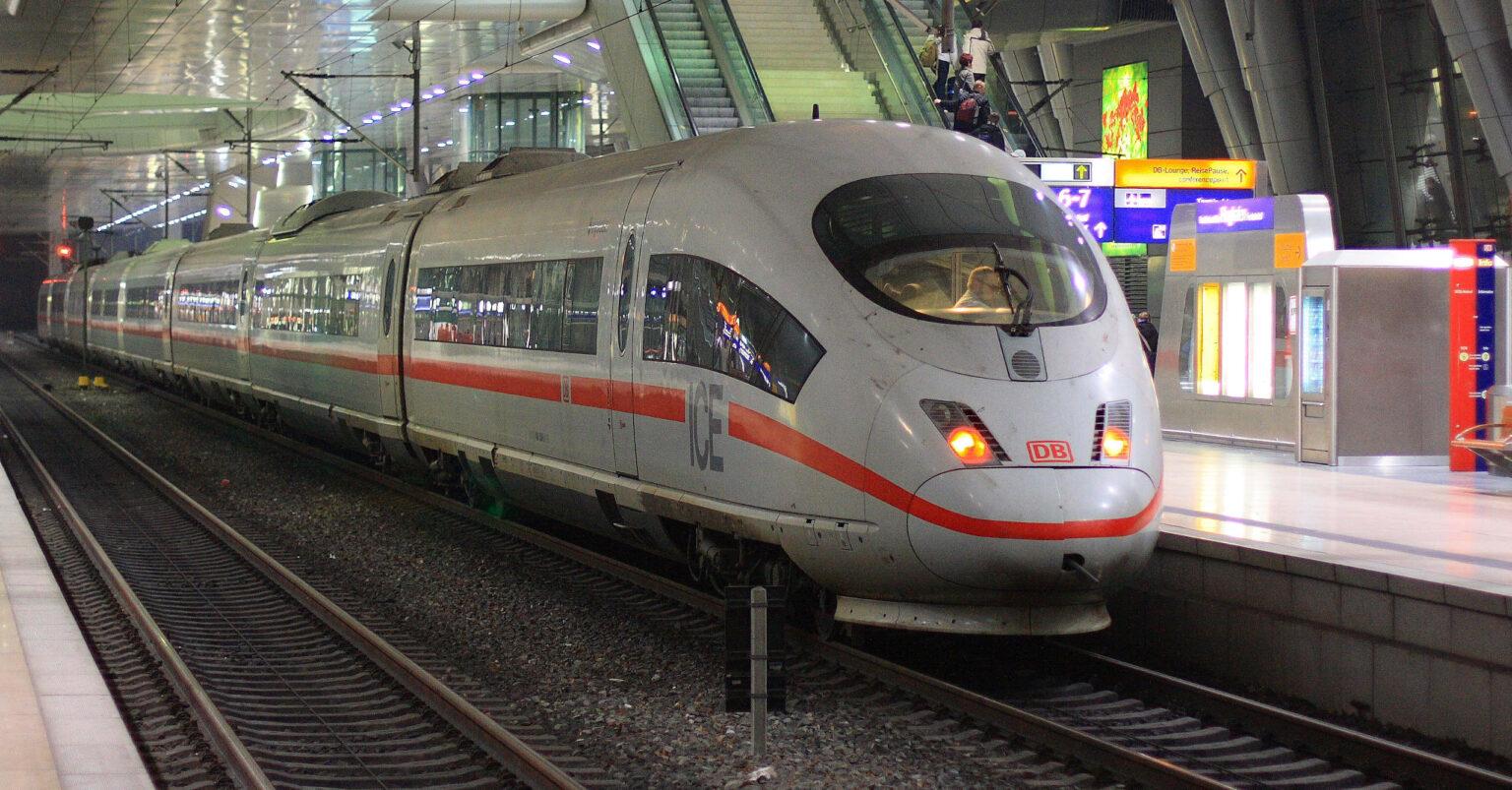 ICE 3 de la DB en la estación del aeropuerto de Frankfurt. DMYTROK.