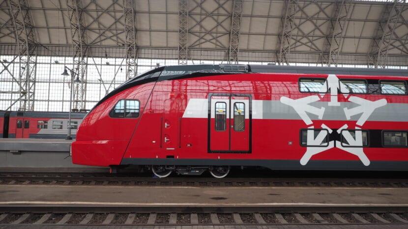 Lateral del primer coche de un Eurasia de Aeroexpress estacionado en Moscú. ARTEM SVETLOV.