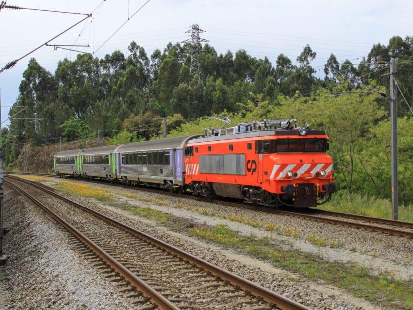 2607 con el IR 853 pasando por Trofa. © Tiago Cunha.