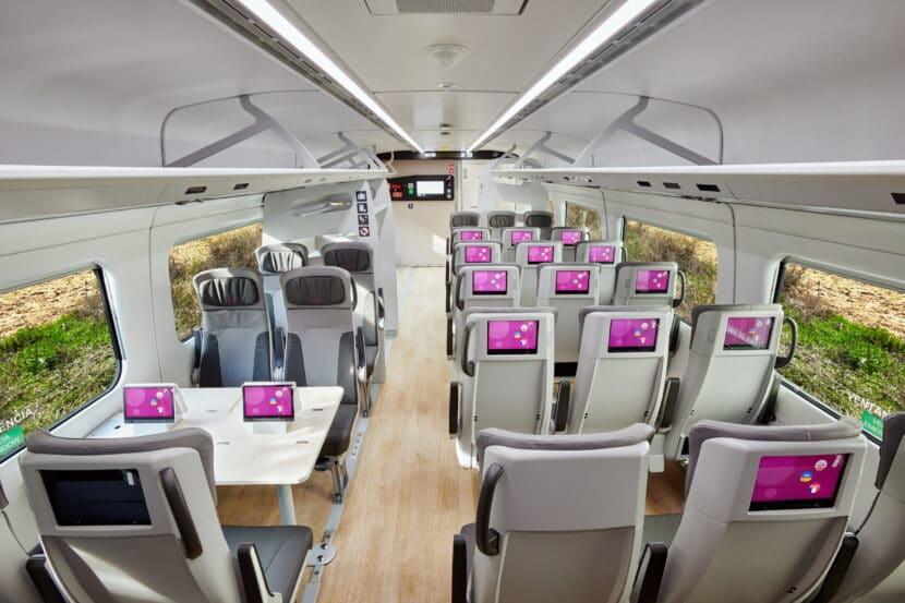 Interior de un coche de clase Turista de un tren de la serie 106. © TALGO.