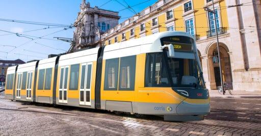 Rénder de un tranvía Urbos de CAF circulando por la Plaza del Comercio de Lisboa. © CAF.